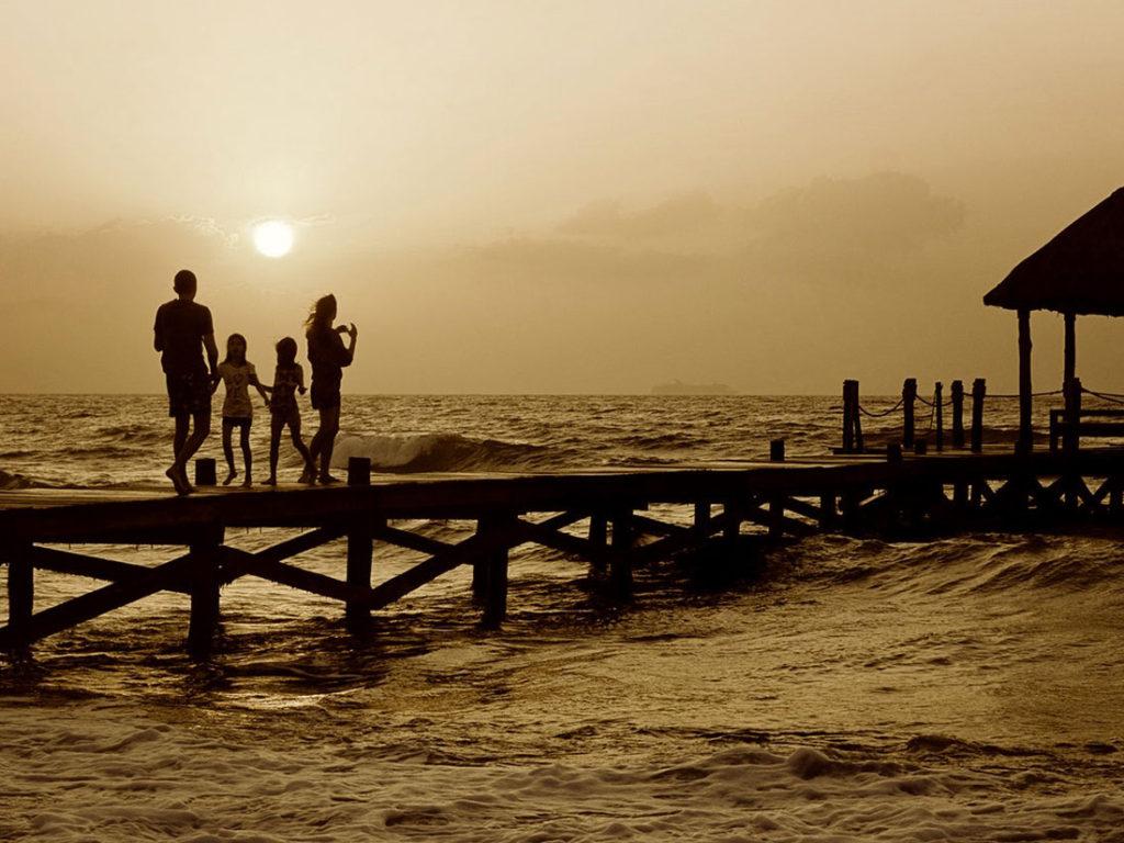 famiglia su un ponte sull'acqua